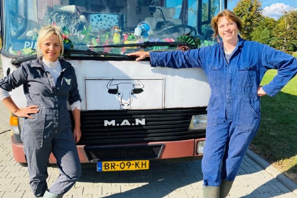 Yvon Jaspers en boerin Bertie de grens over voor Onze boerderij in Europa